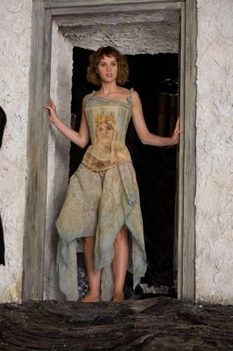 Felicity Jones nei panni di Miranda nel film The Tempest