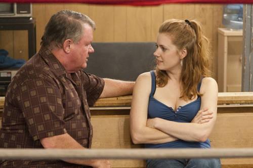 Jack McGee con Amy Adams in una scena del film The Fighter