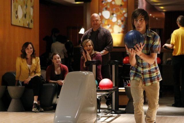 Jimmy Bennett gioca a bowling nell'episodio No Ordinary Sidekick di No Ordinary Family