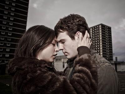 Therese Bradley e Niall Bruton in un'immagine romantica di Outcast