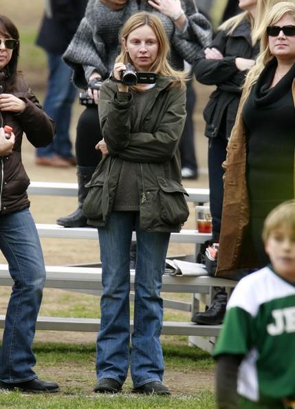Calista Flockhart riprende il figlio Liam giocare a calcio in Santa Monica