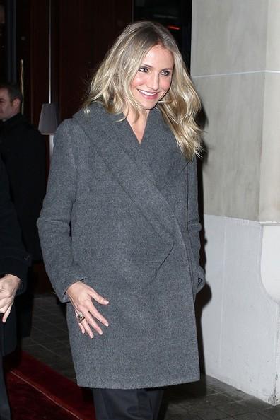 Cameron Diaz sorride mentre lascia il suo albergo di Parigi