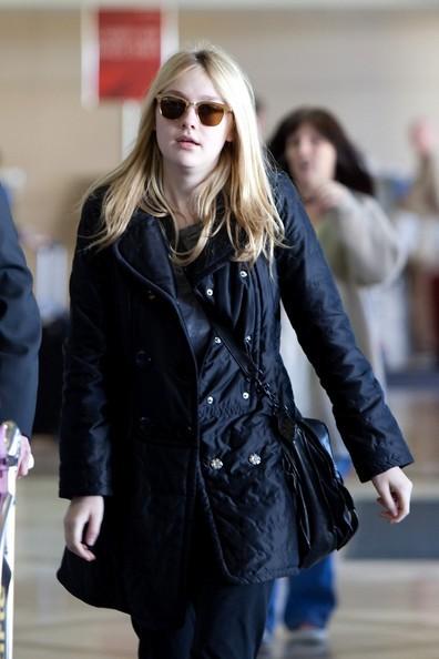 Dakota Fanning si prepara a partire dall'aeroporto di Los Angeles