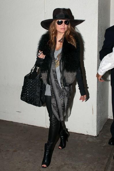 Fergie (Stacy Ferguson), accompagnata da una guardia del corpo, arriva a Los Angeles