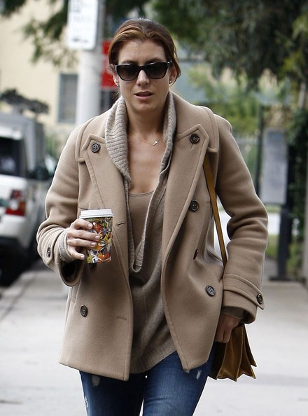 Kate Walsh con un caffè in mano a Hollywood