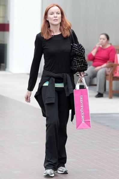 Marcia Cross con una borsa di Bloomingdales durante lo shopping