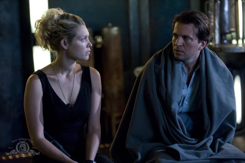 Alaina Kalanj e Tygh Runyan nell'episodio Visitation di Stargate Universe