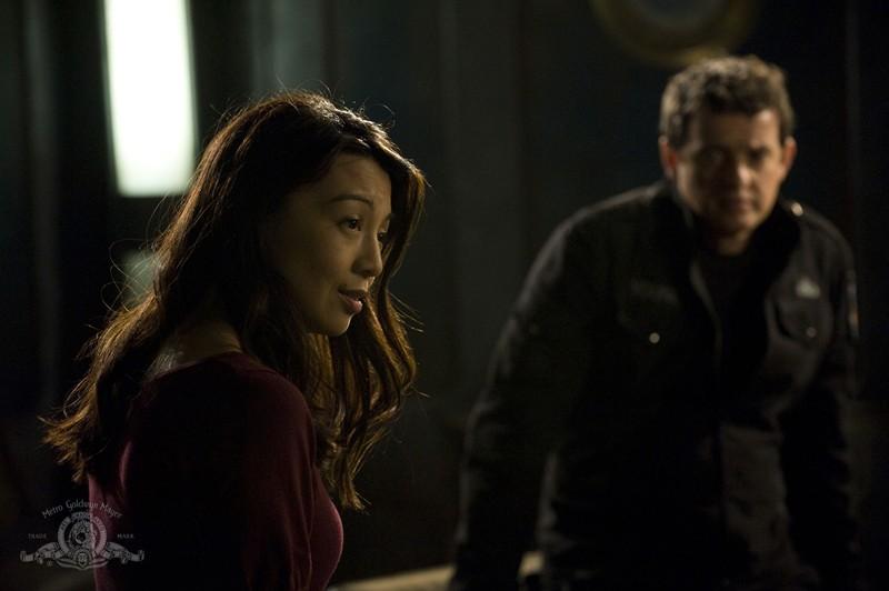 Camille (Ming-Na) con alle spalle Young (Justin Louis) nell'episodio Resurgence di Stargate Universe