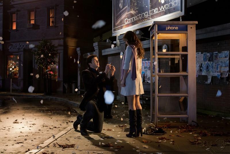 Clark (Tom Welling) in ginocchio davanti a Lois (Erica Durance) nell'episodio Icarus di Smallville