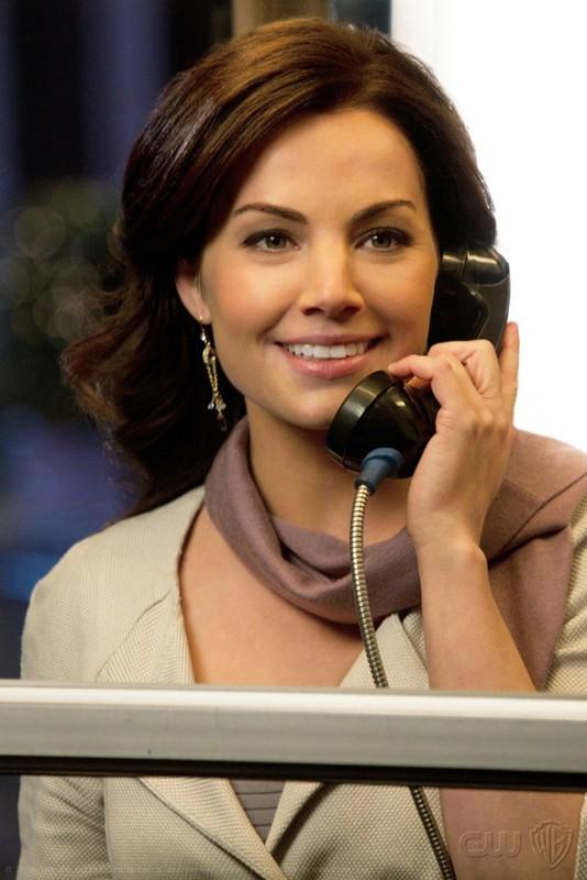 Erica Durance risponde al telefono in un momento dell'episodio Icarus di Smallville