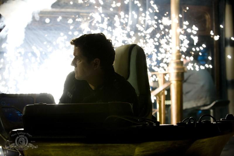 Justin Louis durante un'esplosione nell'episodio Resurgence di Stargate Universe