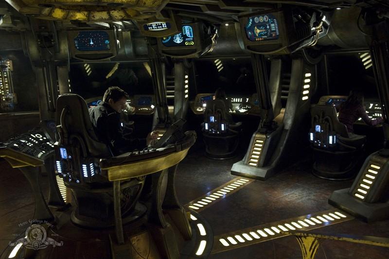 Justin Louis in sala di comando nell'episodio Resurgence di Stargate Universe