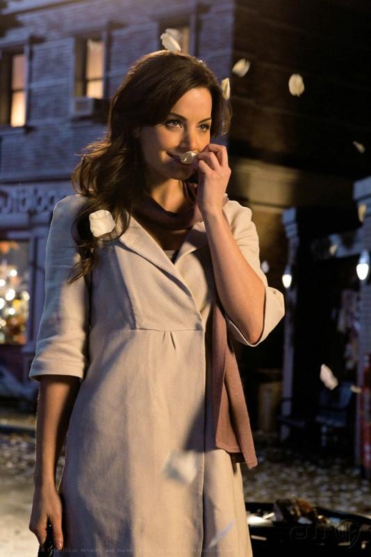 Lois (Erica Durance) annusa un petalo di rosa bianco nell'episodio Icarus di Smallville