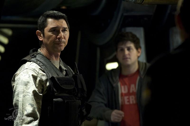 Lou Diamond Phillips con alle spalle David Blue nell'episodio Resurgence di Stargate Universe