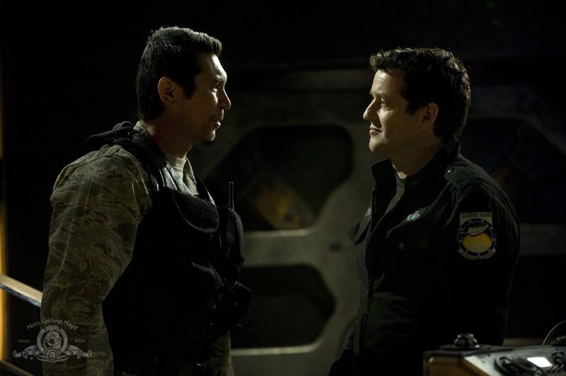Lou Diamond Phillips parla con Justin Louis nell'episodio Resurgence di Stargate Universe