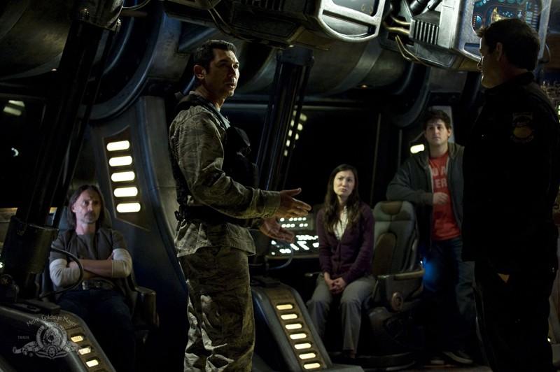 Robert Carlyle, Lou Diamond Phillips, Justin Louis, David Blue e Jennifer Spence in Resurgence di Stargate Universe