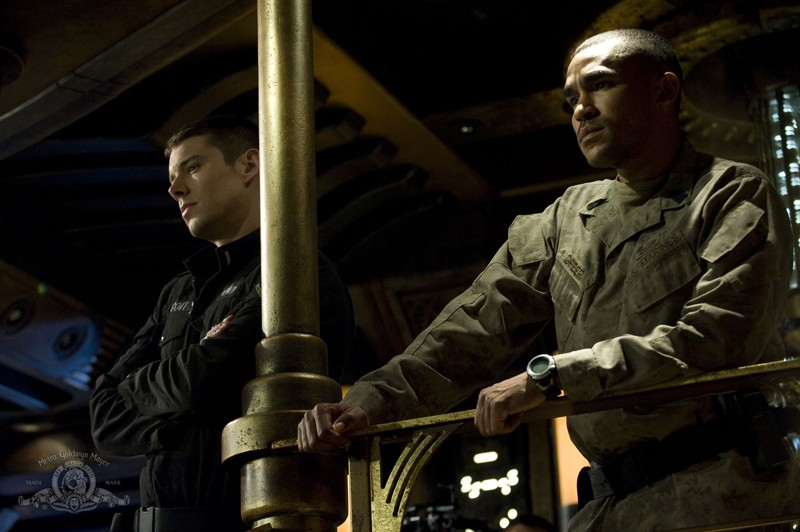 Scott (Brian J. Smith) e Greer (Jamil Walker Smith) nell'episodio Resurgence di Stargate Universe