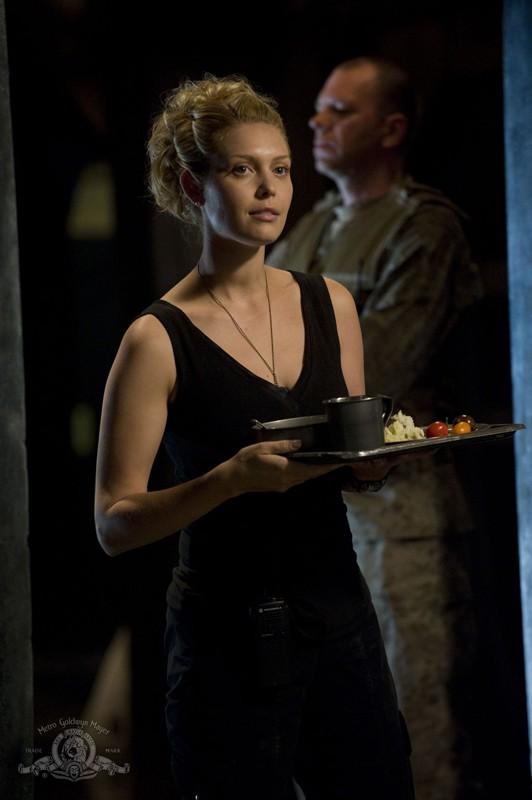 T.J. (Alaina Kalanj) con il pranzo in mano nell'episodio Resurgence di Stargate Universe