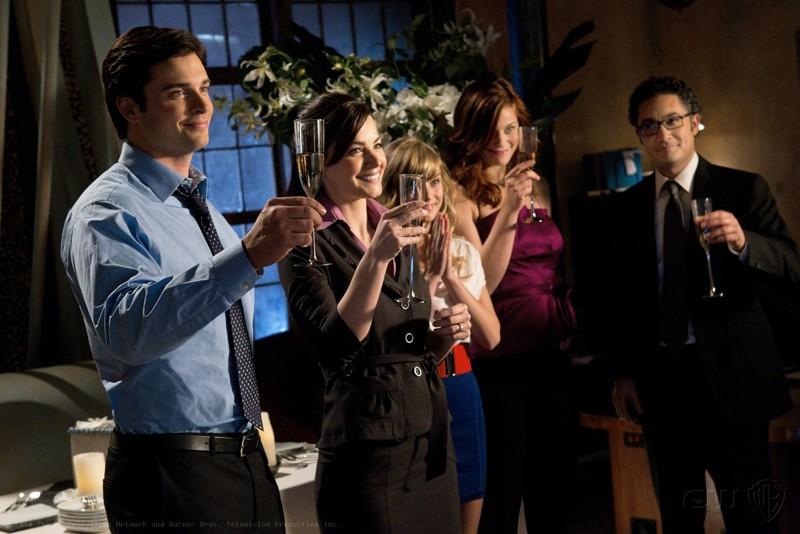 T. Welling, E. Durance, B. Irvin, C. Freeman, A. Juliani brindano in una scena di Icarus di Smallville