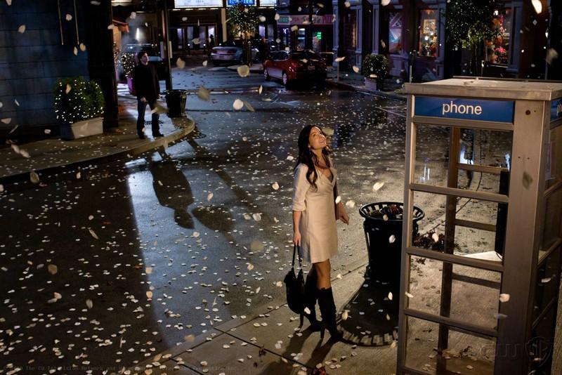 Tom Welling e Erica Durance sotto una pioggia di petali nell'episodio Icarus di Smallville