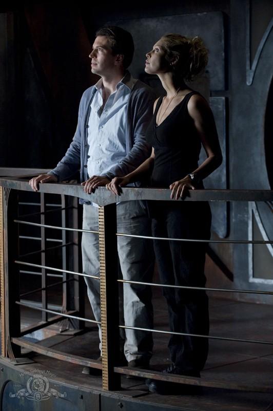 Tygh Runyan e Alaina Kalanj sul ponte nell'episodio Visitation di Stargate Universe