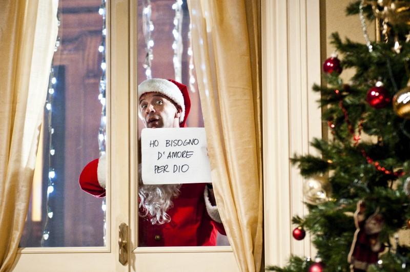 Aldo in una sequenza divertente de La banda dei Babbi Natale