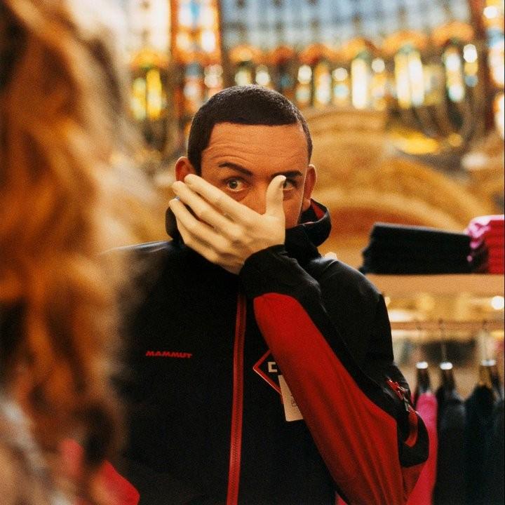Dany Boon in una gag esilarante del film L'esplosivo piano di Bazil