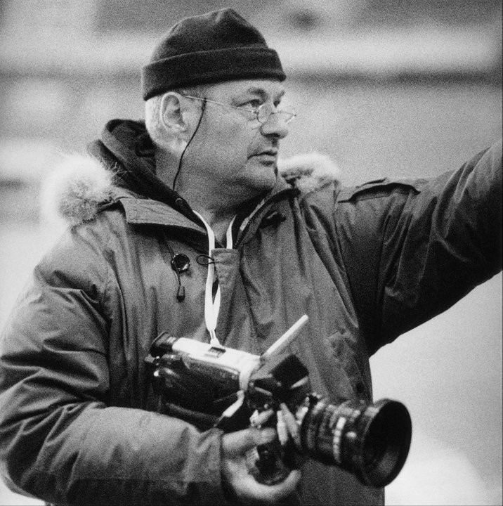 Il regista Jean-Pierre Jeunet dirige il film L'esplosivo piano di Bazil