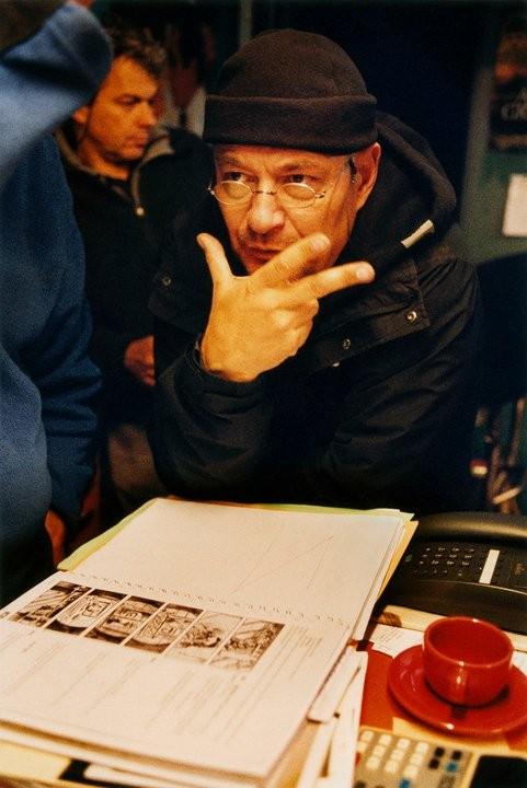 Il regista Jean-Pierre Jeunet sul set del film L'esplosivo piano di Bazil