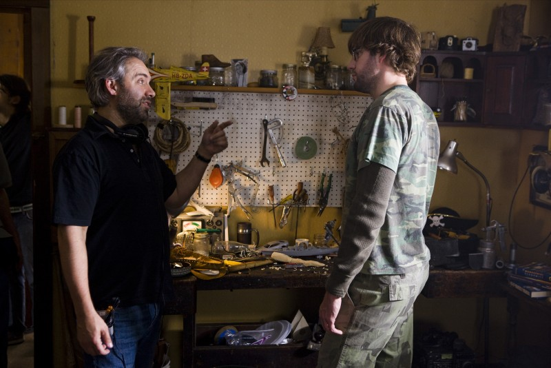 John Krasinski con il regista Sam Mendes sul set del film Away We Go