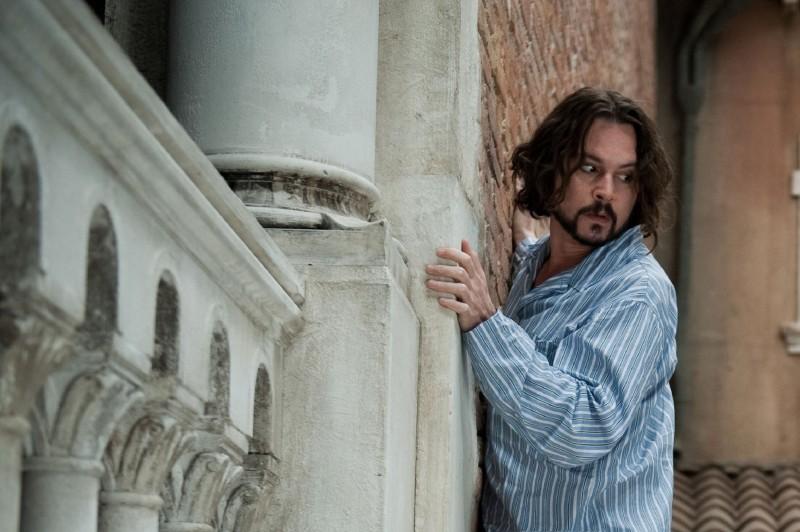 Johnny Depp in una scena del thriller The Tourist