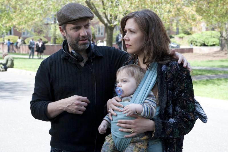 Maggie Gyllenhaal con il regista Sam Mendes sul set del film Away We Go