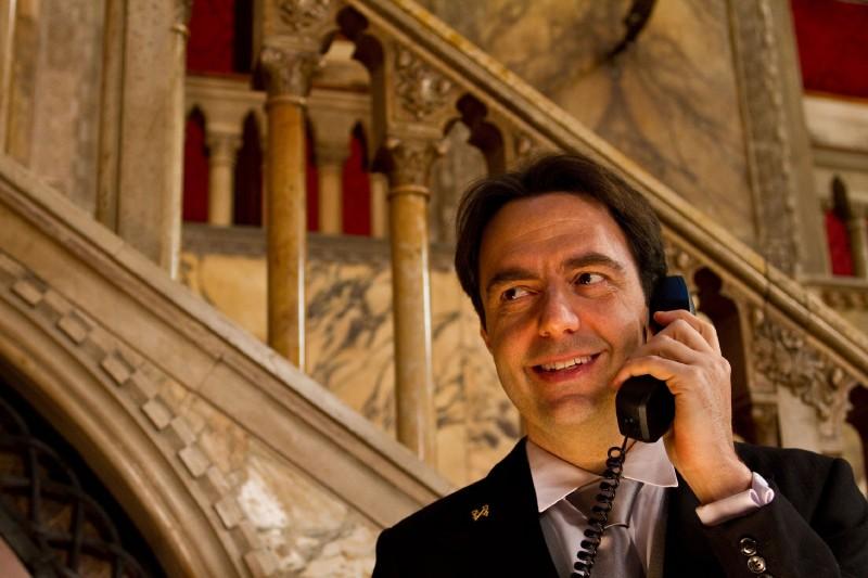 Neri Marcorè nel thriller The Tourist