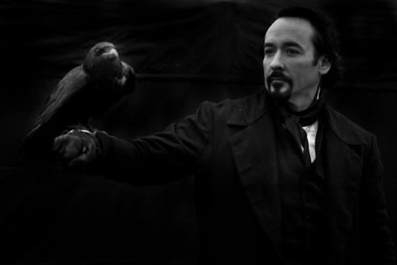 Una cupissima immagine di John Cusack in The Raven