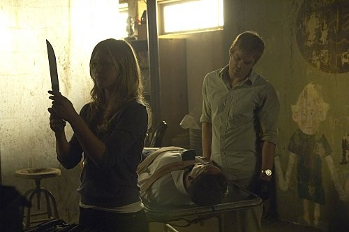 Julia Stiles, Jonny Lee Miller e Michael C. Hall in una scena dell'episodio The Big One di Dexter