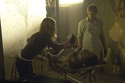 Michael C. Hall, Julia Stiles e Jonny Lee Miller in una scena dell'episodio The Big One di Dexter