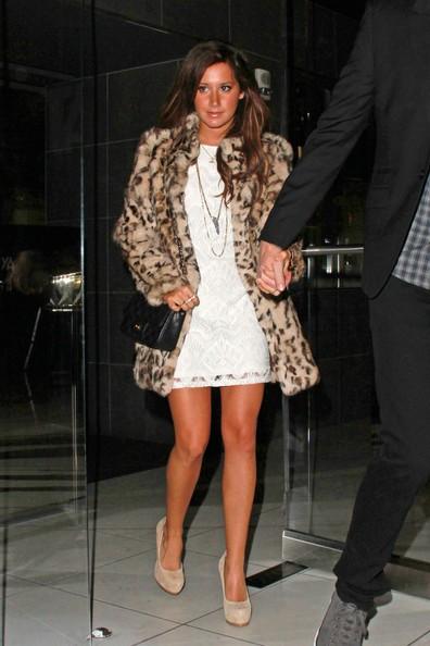 Ashley Tisdale con il suo fidanzato Scott Speer esce fuori dal ristorante Katsuya