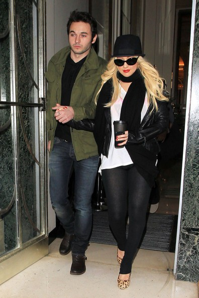 Christina Aguilera lascia il suo albergo mano nella mano con il suo nuovo ragazzo