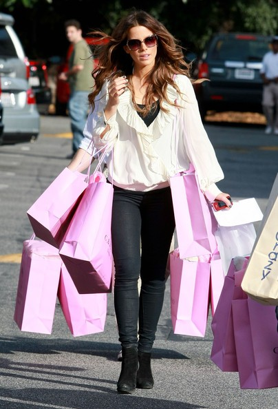 Kate Beckinsale fa shopping presso il  Calypso and Toy Crazy at the Brentwood Country Mart