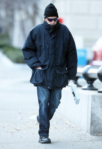 Michael Douglas si dirige velocemente a un drugstore nel West Side