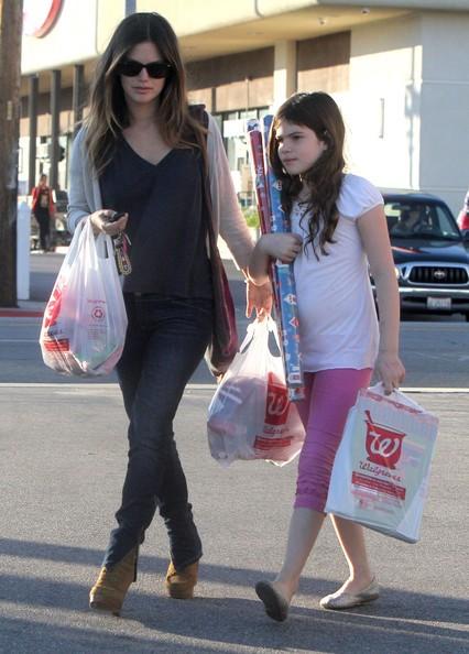Rachel Bilson e la sorella per acquisti di Natale da Walgreens in Studio City