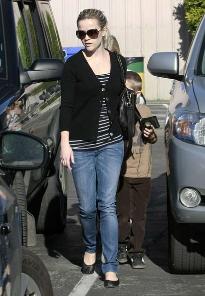 Reese Witherspoon con i suoi figli Ava e Deacon in chiesa a Los Angeles