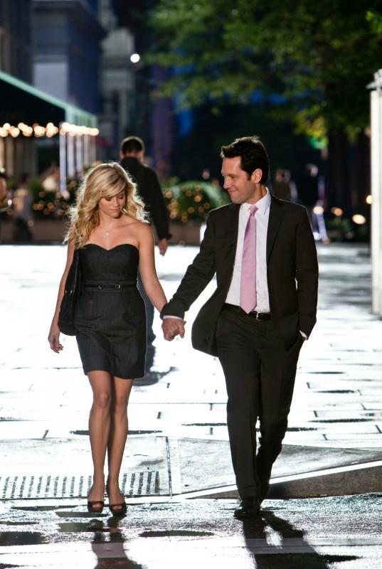 Reese Witherspoon e Paul Rudd in una scena romantica della commedia Come lo sai