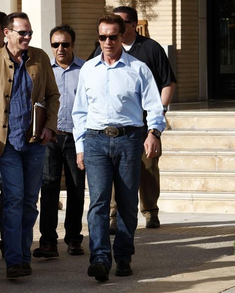 Arnold Schwarzenegger fa shopping con le sue guardie da Barneys New York a Beverly Hills