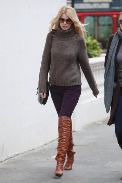 Claudia Schiffer va verso la scuola in West London