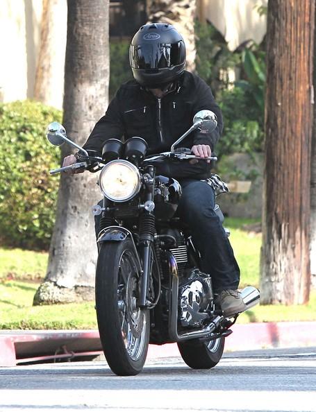 Jake Gyllenhaal per le strade sulla sua moto in West Hollywood