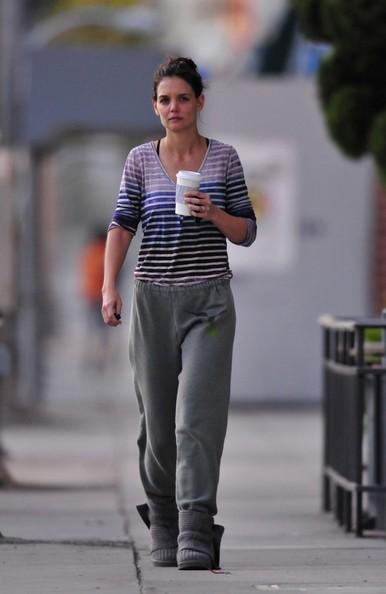 Katie Holmes prende un caffè mentre torna a casa dopo un'ora di palestra