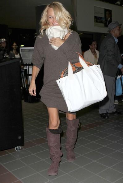 Pamela Anderson prende un volo all'aeroporto di Los Angeles