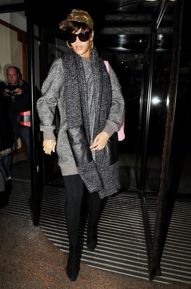 Rihanna lascia il suo albergo con un nuovo taglio e colore di capelli