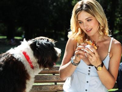 Carolina Crescentini con il cane Spugna in una scena della fiction Un cane per due